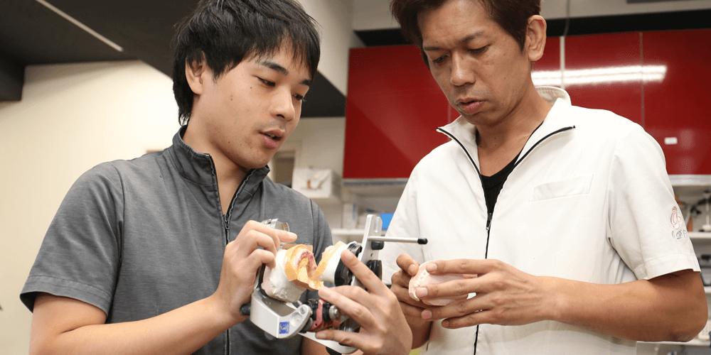 セラミックファクトリー東京で働くメリットを答える歯科技工士内田さん