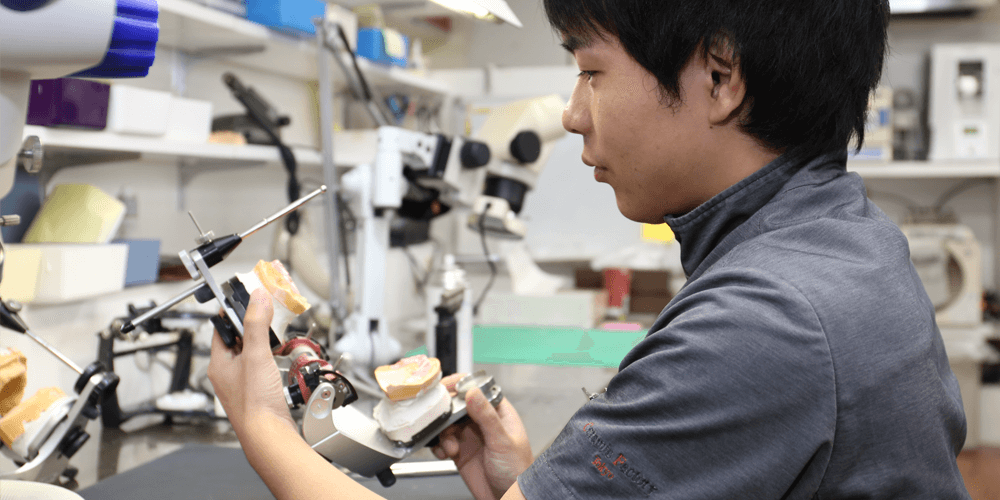 求職者へのメッセージを語る歯科技工士内田さん