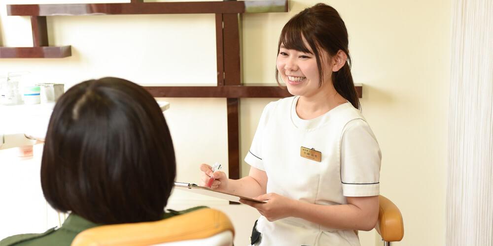 患者様のカウンセリングを行う歯科衛生士佐藤さん